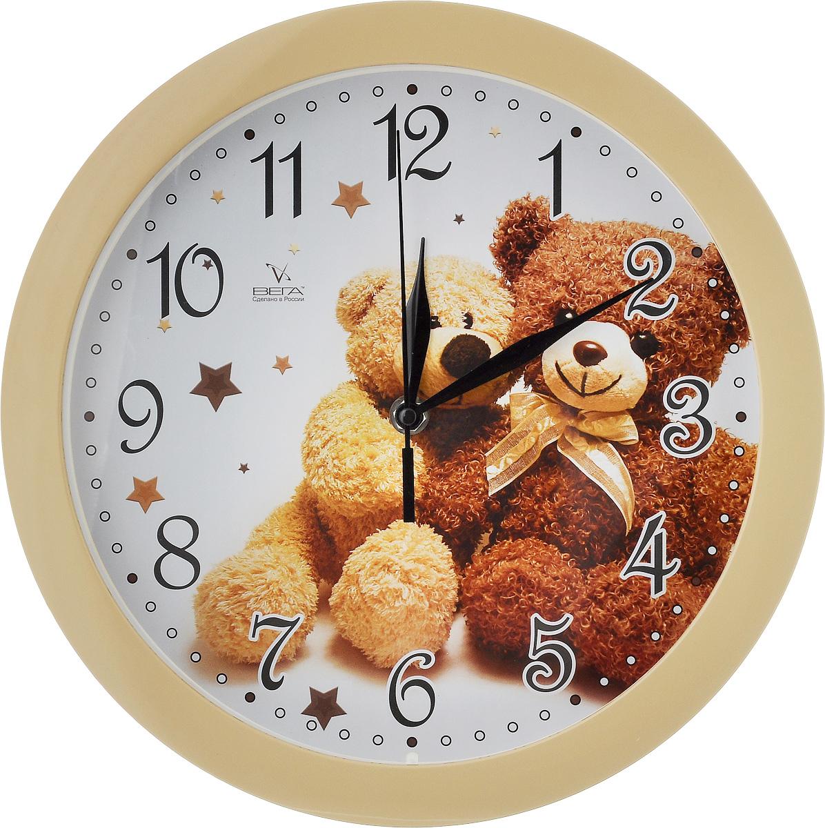 """Настенные кварцевые часы Вега """"Два медвежонка"""",  изготовленные из пластика, прекрасно впишутся в  интерьер вашего дома. Круглые часы имеют три стрелки:  часовую, минутную и секундную, циферблат защищен  прозрачным стеклом.  Часы работают от 1 батарейки типа АА напряжением 1,5 В  (не входит в комплект).  Диаметр часов: 28,5 см."""