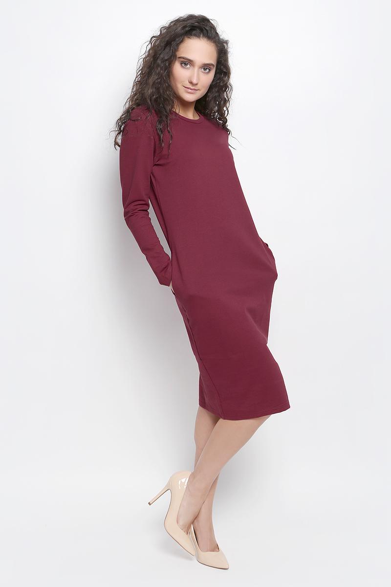 Платье Rocawear, цвет: бордовый. R041647. Размер XS (42)R041647Платье Rocawear выполнено из хлопка с добавлением полиэстера и лайкры. Модель средней длины с длинными рукавами имеет круглый вырез горловины, по бокам дополнена втачными карманами. Платье свободного кроя великолепно тянется и отлично сидит.