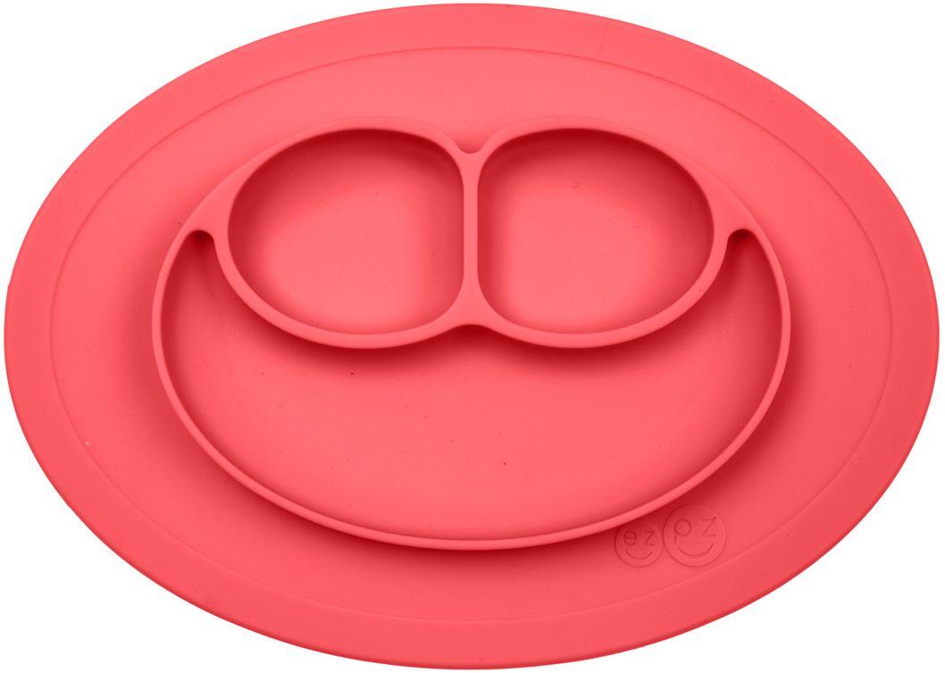 """Тарелка детская Ezpz Mini Mat - уменьшенная версия тарелочки-плейсмата Happy Mat. Предназначена для столиков для кормления и использования в поездках. Рекомендована для малышей от 4 месяцев. Тарелка тоньше, легче и компактнее, чем Happy Mat, но обладает теми же отличительными чертами: """"присасывается"""" к столу, чтобы ребенок не смог ее перевернуть; подходит для микроволновки и посудомоечной машины; улыбается и вызывает у детей улыбку. Вмещает 240 мл. У тарелочки также есть удобный чехольчик с ручками, который легко можно взять с собой.  Тарелка разработана и запатентована в США. Идея создания удобной безопасной посуды для детей принадлежит многодетной маме, которая как никто другой знает, как сложно уследить за детками во время еды и сохранить при этом чистоту и порядок. Благодаря такой тарелочке прием пищи становится веселым и безопасным, а кухня остается чистой и опрятной."""