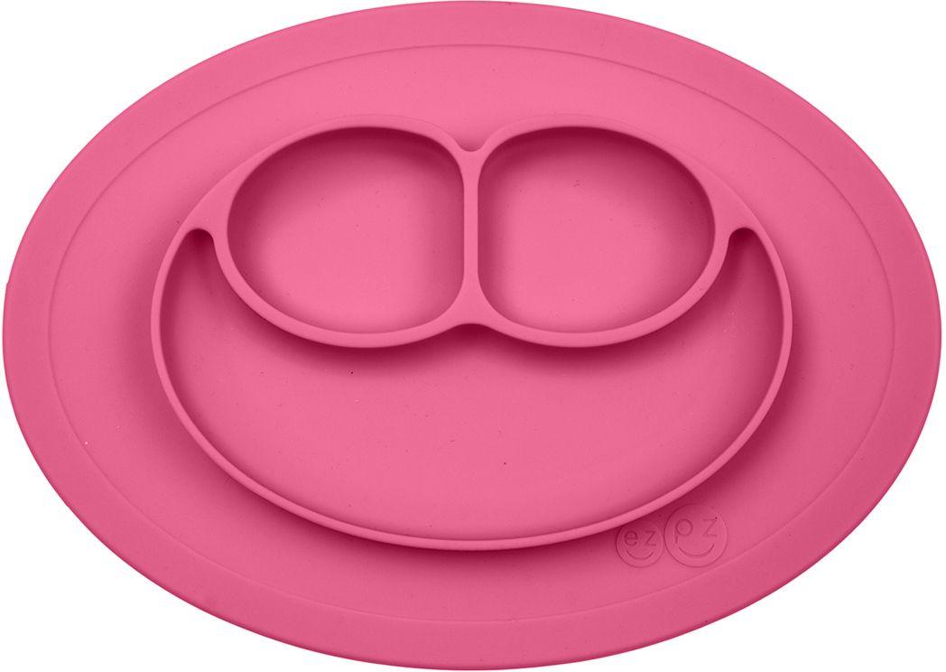 """Ezpz Mini Mat - уменьшенная версия тарелочки-плейсмата Happy Mat. Предназначена для столиков для кормления и использования в поездках.  Рекомендована для малышей от 4 месяцев.   Тарелка тоньше, легче и компактнее, чем Happy Mat, но обладает теми же отличительными чертами:  """"присасывается"""" к столу, чтобы ребенок не смог ее перевернуть;  подходит для микроволновки и посудомоечной машины;  улыбается и вызывает у детей улыбку.  Вмещает 240 мл.   У тарелочки также есть удобный чехольчик с ручками, который легко можно взять с собой.   Тарелка разработана и запатентована в США. Идея создания удобной безопасной посуды для детей принадлежит многодетной маме, которая как  никто другой знает, как сложно уследить за детками во время еды и сохранить при этом чистоту и порядок.  Благодаря такой тарелочке прием пищи становится веселым и безопасным, а кухня остается чистой и опрятной."""