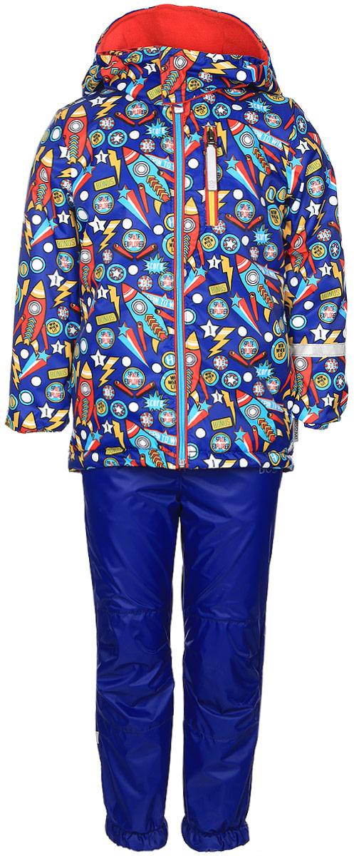 Комплект для мальчика Boom!: куртка, брюки, цвет: синий, желтый, красный. 70045_BOB_вар.2. Размер 86, 1,5-2 года70045_BOB_вар.2Комплект одежды Boom! состоит из куртки и брюк. Куртка изготовлена из 100% полиэстера и оформлена оригинальным принтом. Подкладка выполнена из 100% полиэстера. В качестве утеплителя используется синтепон - 100% полиэстер. Куртка с капюшоном застегивается на застежку-молнию, которая расположена по всей длине куртки. Капюшон застегивается при помощи застежки липучки. Спереди модель дополнена двумя втачными карманами и одним прорезным карманом на застежке-молнии. Брюки изготовлены из 100% полиэстера. Брюки прямого кроя на талии имеют широкий эластичный пояс. По бокам предусмотрены два втачных кармана. Изделие дополнено эластичными наплечными лямками, регулируемыми по длине. Снизу брючин предусмотрены муфты с прорезиненными полосками, не дающие брючинам задираться вверх. Дополнен комплект светоотражающими элементами.