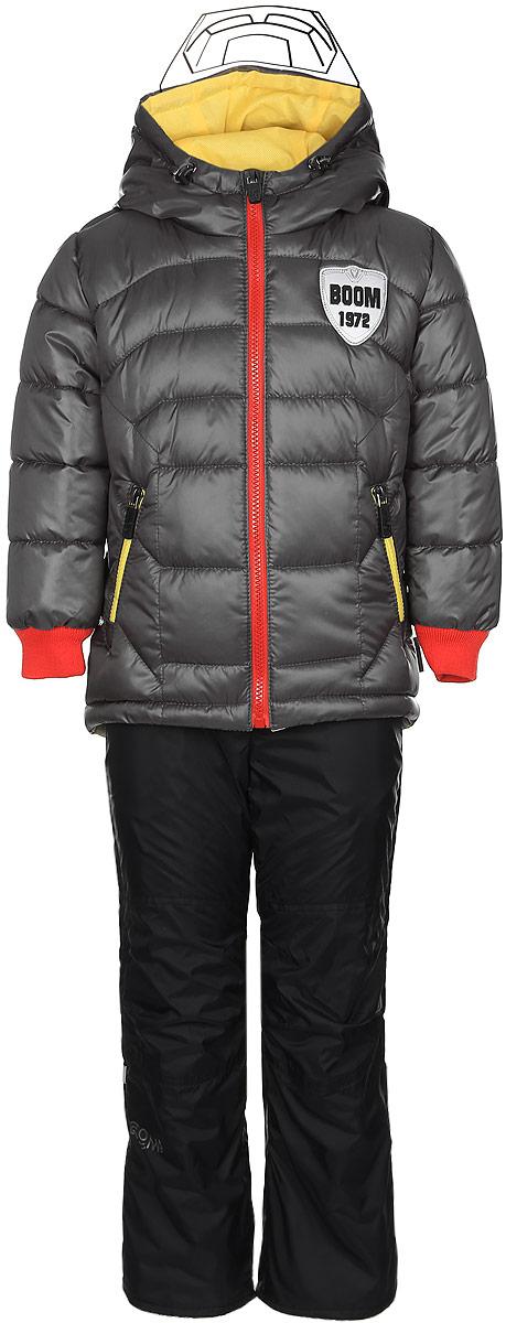 Комплект для мальчика Boom!: куртка, брюки, цвет: серый, черный. 70011_BOB_вар.3. Размер 86, 1,5-2 года70011_BOB_вар.3Комплект для мальчика Boom! включает в себя куртку и брюки. Куртка с длинными рукавами и несъемным капюшоном выполнена из прочного полиэстера и имеет подкладку из полиэстера с добавлением хлопка. Наполнитель - синтепон (150 г/м2). Модель застегивается на застежку-молнию, имеет два втачных кармана на молниях спереди. Капюшон дополнен шнурком-кулиской со стопперами и гибким прозрачным козырьком. Рукава оснащены эластичными манжетами. Куртка оформлена крупным принтом с изображением шлема робота на спинке. Теплые брюки выполнены из полиэстера и имеют подкладку из мягкого флисового материала. Объем талии регулируется при помощи внутренней резинки с пуговицами. Брюки дополнены двумя втачными карманами спереди. Модель оснащена съемным эластичными подтяжками, регулирующимися по длине.Комплект дополнен светоотражающими элементами.