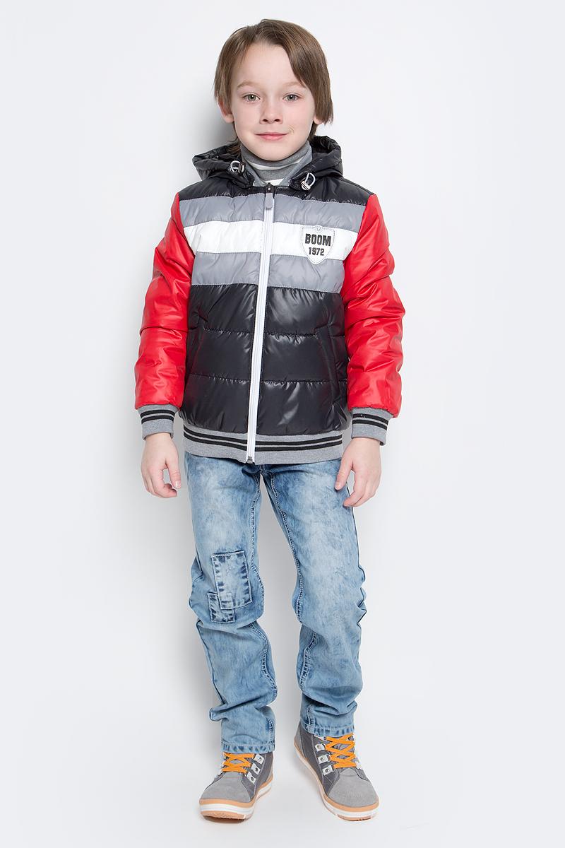 Куртка для мальчика Boom!, цвет: черный, красный. 70012_BOB_вар.3. Размер 98, 3-4 года70012_BOB_вар.3Куртка-бомбер с утеплителем для мальчика Boom! изготовлена из полиэстера. Куртка застегивается на пластиковую застежку-молнию. У модели предусмотрены два врезных кармана.Съемный капюшон пристегивается на пуговицы. Капюшон оснащен резинкой-утяжкой со стопперами. Воротник, манжеты рукавов и низ куртки выполнены из эластичного трикотажного полотна.