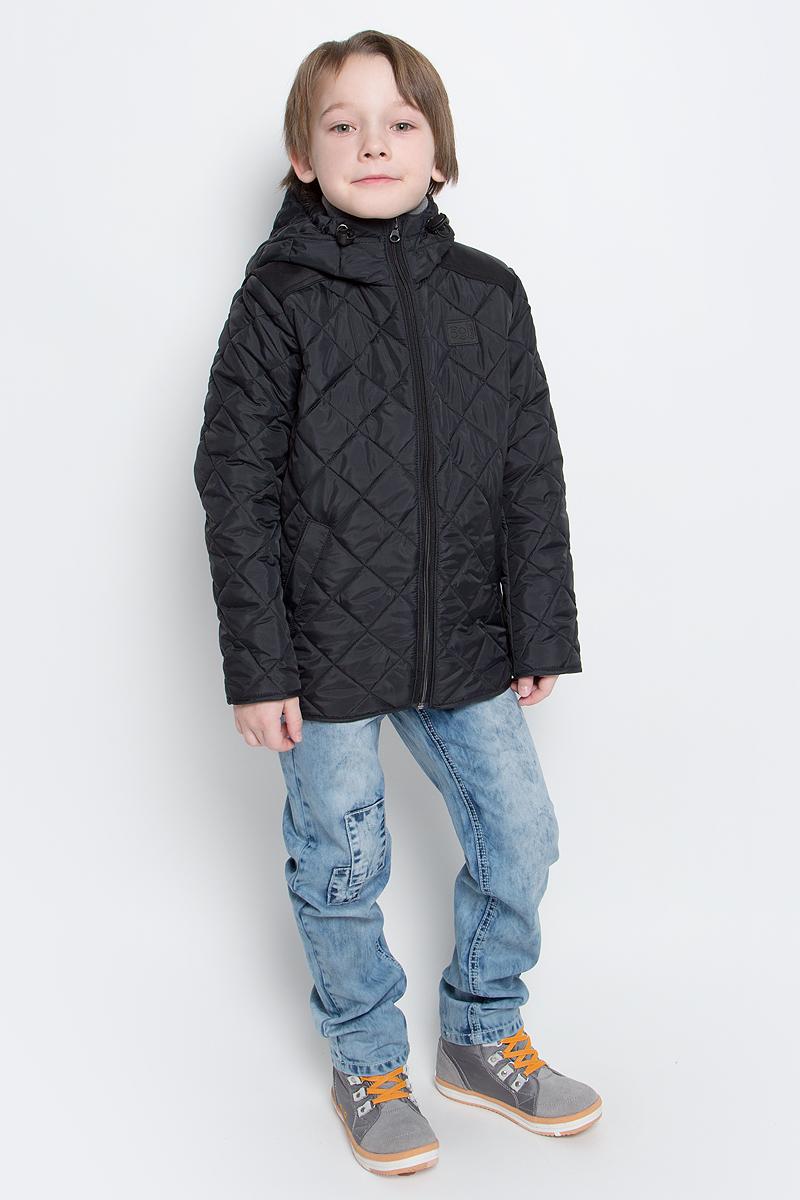 Куртка для мальчика Boom!, цвет: черный. 70036_BOB_вар.3. Размер 104, 3-4 года70036_BOB_вар.3Стильная куртка для мальчика Boom! изготовлена из 100% полиэстера. В качестве утеплителя используется синтепон - 100% полиэстер. Куртка с несъемным капюшоном застегивается на пластиковую застежку-молнию с защитой подбородка. Капюшон регулируется при помощи эластичного шнурка со стопперами. По бокам предусмотрены два втачных кармана.