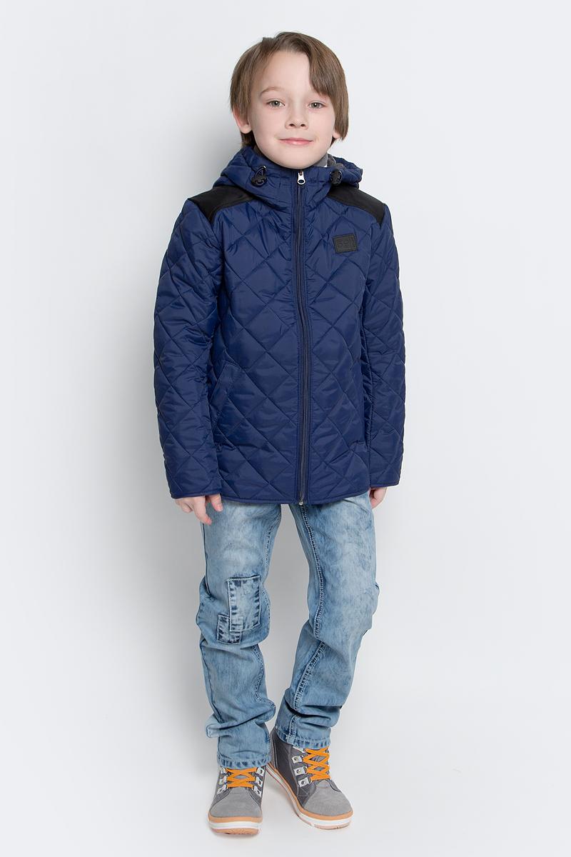 Куртка для мальчика Boom!, цвет: темно-синий. 70036_BOB_вар.2. Размер 110, 5-6 лет70036_BOB_вар.2Стильная куртка для мальчика Boom! изготовлена из 100% полиэстера. В качестве утеплителя используется синтепон - 100% полиэстер. Куртка с несъемным капюшоном застегивается на пластиковую застежку-молнию с защитой подбородка. Капюшон регулируется при помощи эластичного шнурка со стопперами. По бокам предусмотрены два втачных кармана.