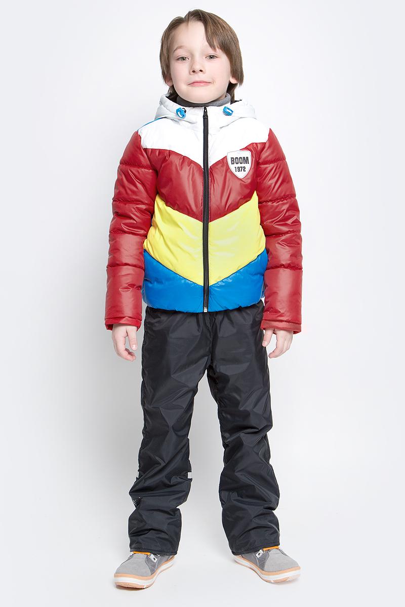Комплект для мальчика Boom!: куртка, брюки, цвет: голубой, бордовый, черный. 70032_BOB_вар.3. Размер 98, 3-4 года70032_BOB_вар.3Комплект для мальчика Boom! включает в себя куртку и брюки. Куртка с длинными рукавами и несъемным капюшоном выполнена из прочного полиэстера. Наполнитель - эко-синтепон (150 г/м2). Модель застегивается на застежку-молнию, имеет два втачных кармана спереди. Капюшон дополнен шнурком-кулиской со стопперами. Рукава оснащены эластичными манжетами. Куртка оформлена стеганым узором и яркими вставками. Брюки выполнены из полиэстера и имеют подкладку из мягкого флисового материала. Объем талии регулируется при помощи внутренней резинки с пуговицами. Брюки дополнены двумя втачными карманами спереди. Комплект дополнен светоотражающими элементами.