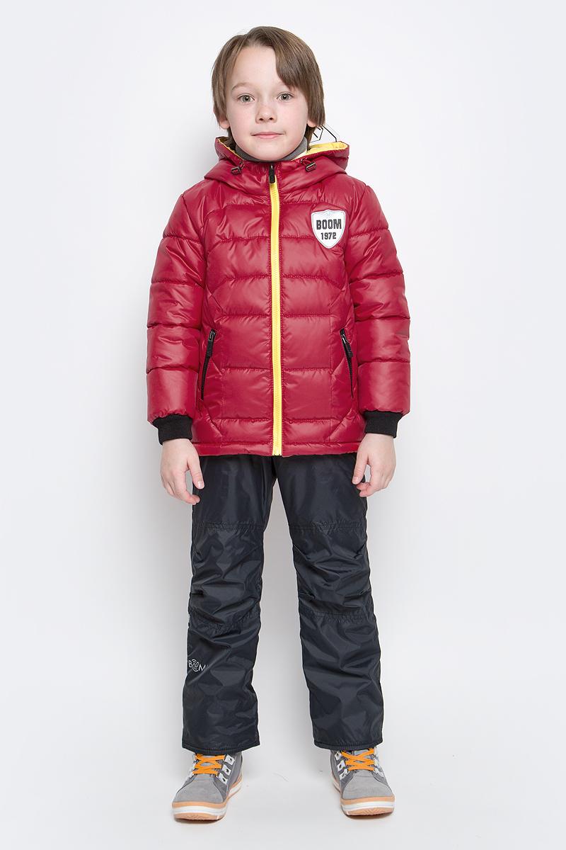 Комплект для мальчика Boom!: куртка, брюки, цвет: красный, черный. 70011_BOB_вар.1. Размер 86, 1,5-2 года70011_BOB_вар.1Комплект для мальчика Boom! включает в себя куртку и брюки. Куртка с длинными рукавами и несъемным капюшоном выполнена из прочного полиэстера и имеет подкладку из полиэстера с добавлением хлопка. Наполнитель - синтепон (150 г/м2). Модель застегивается на застежку-молнию, имеет два втачных кармана на молниях спереди. Капюшон дополнен шнурком-кулиской со стопперами и гибким прозрачным козырьком. Рукава оснащены эластичными манжетами. Куртка оформлена крупным принтом с изображением шлема робота на спинке. Теплые брюки выполнены из полиэстера и имеют подкладку из мягкого флисового материала. Объем талии регулируется при помощи внутренней резинки с пуговицами. Брюки дополнены двумя втачными карманами спереди. Модель оснащена съемным эластичными подтяжками, регулирующимися по длине.Комплект дополнен светоотражающими элементами.