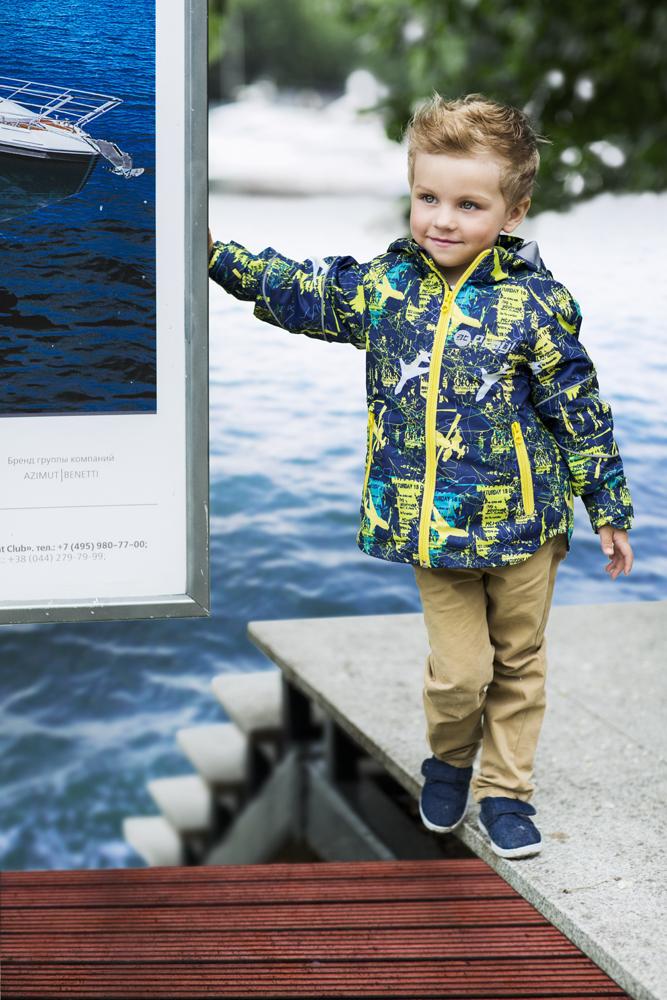 Куртка для мальчика atPlay!, цвет: темно-синий, желтый. 2jk704. Размер 80, 1 год2jk704Удобная и комфортная куртка для мальчика atPlay! выполнена из качественного полиэстера, с покрытием Teflon от DuPont, которое облегчает уход за этой одеждой. Дышащая способность: 5000г/м и водонепроницаемость куртки: 5000мм. Куртка 2 в 1 с отстегивающейся флисовой поддевкой-кофточкой из материала Polar fleese, которая служит как утеплитель, а также ее можно носить отдельно. Такая кофточка отличное решение для весеннего периода, к тому же она изготовлена с антипиллинговой обработкой ворса для сохранения качественных характеристик на более длительный срок. Куртка с воротником-стойкой и отстегивающимся капюшоном застегивается на молнию с защитой подбородка. Манжеты рукавов дополнены широкими утягивающими хлястиками на липучках. Спереди модель оформлена двумя прорезными карманами на застежках-молниях, с внутренней стороны на поддевке-кофточке расположены два накладных кармана.Куртка оснащена светоотражающими полосками на рукавах и оформлена стильным принтом.
