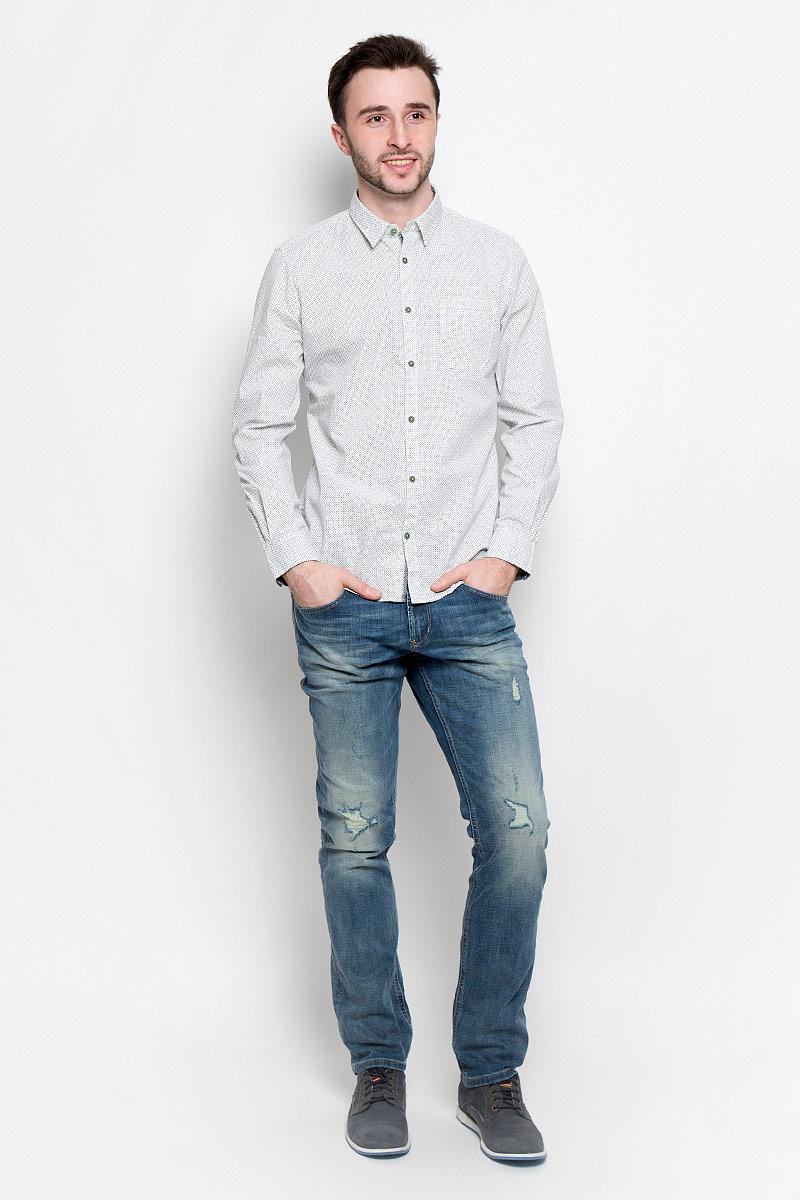 Рубашка мужская Tom Tailor, цвет: белый, темно-синий. 2032970.00.10_2000. Размер S (46)2032970.00.10_2000Удобная мужская рубашка Tom Tailor, выполненная из натурального хлопка, мягкая и приятная на ощупь. Модель с отложным воротником и длинными рукавами застегивается спереди на пуговицы. Манжеты на рукавах также имеют застежки-пуговицы. Оформлена рубашка мелким принтом и дополнена накладным карманом.