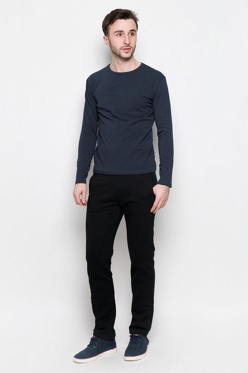 Брюки спортивные мужские Rocawear, цвет: черный. R0416B40. Размер XXL (54)R0416B40Мужские спортивные брюки Rocawear идеально подойдут для активного отдыха или занятий спортом в холодное время года.Модель прямого кроя, изготовленная из натурального хлопка с добавлением полиэстера, приятная на ощупь, не сковывает движения и хорошо пропускает воздух. Внутренняя сторона выполнена с теплым начесом.Брюки на талии дополнены широкой эластичной резинкой. Спереди расположены два втачных кармана.