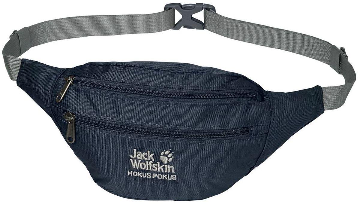 Сумка поясная Jack Wolfskin Hokus Pokus, цвет: темно-синий. 86472-101086472-1010Поясная сумка с потайным карманом: с обратной стороны Hokus Pokus спрятано плоское отделение, в котором особо важные вещи можно носить ближе всего к телу. Кроме того, мы оснастили поясную сумку основным отделением и передним отделением с карабином для ключей.