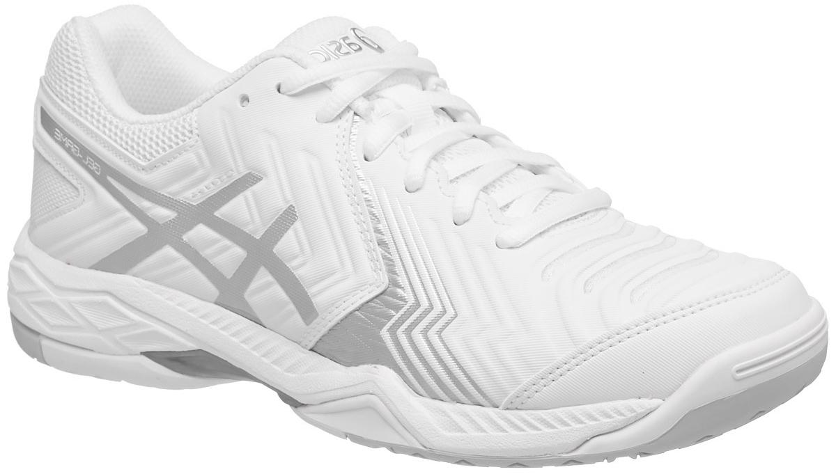 Кроссовки для тенниса женские Asics Gel-Game 6, цвет: белый, серебристый. E755Y-0193. Размер 8H (38,5)E755Y-0193С теннисными кроссовками Asics Gel-Game 6 вы неприкосновенны. Это исключительные женские теннисные кроссовки среднего класса, разработанные специально для тех теннисистов, которым необходима прочность и надежное сцепление с поверхностью. Эти кроссовки позволят хорошо зафиксировать ступню и контролировать ход игры с задней части корта. Поэтому, когда нужно совершить рывок для укороченного удара, вы не почувствуете дискомфорта, ведь усиленная амортизация позволяет легко поворачиваться на внешней поверхности подошвы и быстро изменять направление при возвращении. У подошвы кроссовок Asics Gel-Game 6 однородная резиновая поверхность, которая с легкостью выдерживает воздействие грубых материалов покрытия хард.