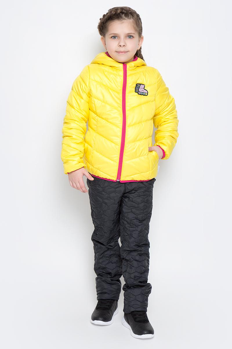 Куртка для девочки Boom!, цвет: желтый. 70231_BOG_вар.3. Размер 92, 1,5-2 года70231_BOG_вар.3Стильная куртка для девочки Boom! изготовлена из водонепроницаемой и ветрозащитной ткани, на подкладке из полиэстера с добавлением вискозы. В качестве утеплителя изделия используется синтепон (150 г/м2).Куртка с капюшоном застегивается на пластиковую застежку-молнию и дополнительно имеет защиту подбородка и ветрозащитную планку. Капюшон не отстегивается. Края капюшона, низ рукавов и куртки дополнены тонкими трикотажными резинками, которые не позволяют просачиваться холодному воздуху. По бокам имеются два втачных кармана, а с внутренней стороны куртка дополнена двумя накладными карманами.На изделии предусмотрены светоотражающие элементы для безопасности ребенка в темное время суток.