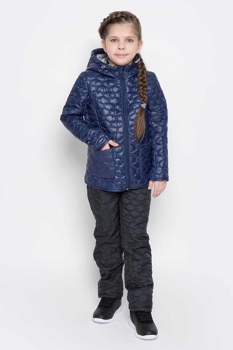 Куртка для девочки Boom!, цвет: темно-синий. 70024_BOG_вар.3. Размер 110, 5-6 лет70024_BOG_вар.3Стеганая куртка с капюшоном для девочки Boom! изготовлена из полиэстера с подкладкой из полиэстера с добавлением вискозы. В качестве тонкого слоя утеплителя использован эко-синтепон. Куртка застегивается на пластиковую застежку-молнию. Спереди у модели имеются два открытых накладных кармана. Капюшон оснащен резинкой-утяжкой со стопперами. Спинка дополнена светоотражающей овальной нашивкой с логотипом бренда.