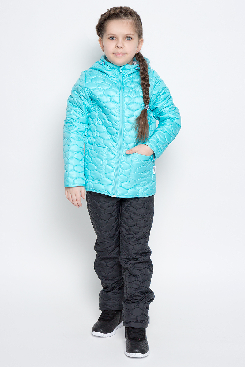 Куртка для девочки Boom!, цвет: светло-бирюзовый. 70024_BOG_вар.1. Размер 104, 3-4 года70024_BOG_вар.1Стеганая куртка с капюшоном для девочки Boom! изготовлена из полиэстера с подкладкой из полиэстера с добавлением вискозы. В качестве тонкого слоя утеплителя использован эко-синтепон. Куртка застегивается на пластиковую застежку-молнию. Спереди у модели имеются два открытых накладных кармана. Капюшон оснащен резинкой-утяжкой со стопперами. Спинка дополнена светоотражающей овальной нашивкой с логотипом бренда.