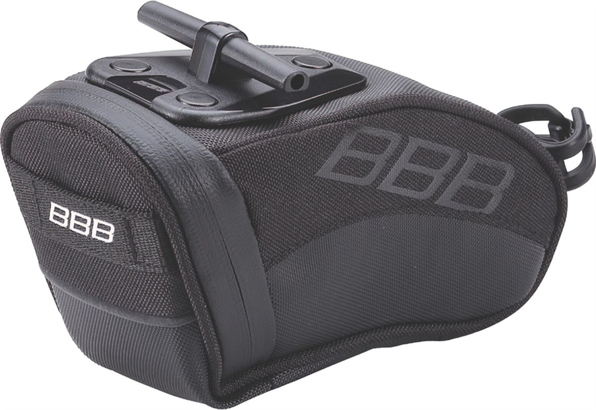 Велосумка под седло BBB CurvePack, цвет: черный. Размер MBSB-13MВысокотехнологичная подседельная сумка особой формы BBB CurvePack разработана для оптимального и наиболее естественного расположения под седлом. Синяя подкладка для лучшей видимости содержимого. Молния с фиксатором обеспечивает дополнительную безопасность и абсолютно бесшумна при езде. Сумка оснащена креплением для заднего габарита-LED фонарика. Черная светоотражающая полоска улучшает вашу видимость на дороге. Т-образная система крепления для быстрой установки и снятия. Резиновый ремешок крепления к подседельному штырю обеспечивает надежную фиксацию сумочки и избежание повреждений лайкровых шорт и подседельного штыря.