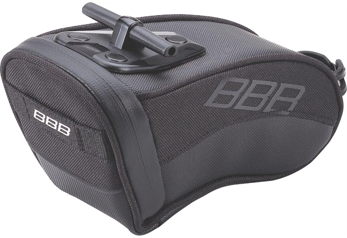 Велосумка под седло BBB CurvePack, цвет: черный. Размер LBSB-13LВысокотехнологичная подседельная сумка особой формы BBB CurvePack разработана для оптимального и наиболее естественного расположения под седлом. Синяя подкладка для лучшей видимости содержимого. Молния с фиксатором обеспечивает дополнительную безопасность и абсолютно бесшумна при езде. Сумка оснащена креплением для заднего габарита-LED фонарика. Черная светоотражающая полоска улучшает вашу видимость на дороге. Т-образная система крепления для быстрой установки и снятия. Резиновый ремешок крепления к подседельному штырю обеспечивает надежную фиксацию сумочки и избежание повреждений лайкровых шорт и подседельного штыря.