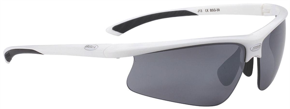 Очки солнцезащитные BBB Winner PC Smoke Flash Mirror Lens Black Tips, цвет: белыйBSG-39Спортивные очки со сменными поликарбонатными линзами.Форма линз обеспечивает защиту от солнца, пыли и ветра.100% защита от ультрафиолета.Высокотехнологичная оправа из материала Grilamid с настраиваемой резиновой переносицей.Мягкие кончики дужек для жёсткой посадки и комфорта одновременно.Мешочек для хранения в комплекте.В комплекте сменные линзы: жёлтая и прозрачная. Гид по велоаксессуарам. Статья OZON Гид
