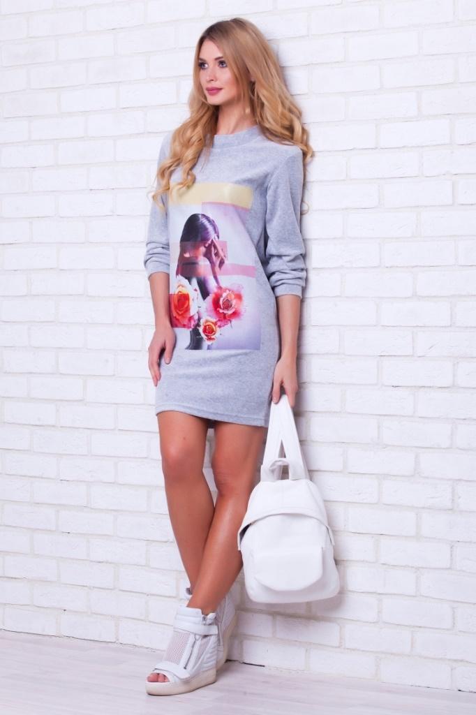 Платье домашнее Peche Monnaie, цвет: серый меланж. 389. Размер XXL (54)389Платье Peche Monnaie выполнено из легкой и нежной велюровой ткани. Модель имеет длину чуть выше колена, длинные рукава и свободный О-образный ворот. Платье не сковывает движений и подходит к абсолютно любой фигуре. Велюровое платье - универсальная и незаменимая вещь в гардеробе любой женщины. Вы можете использовать его где и как вам угодно: как верхнюю одежду, в качестве комфортного домашнего платья, удобный вариант для поездок и на отдыхе. Спереди платье дополнено красивым принтом в винтажном стиле.