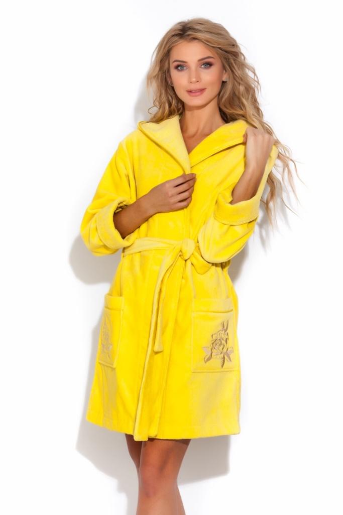 Халат женский Peche Monnaie, цвет: желтый. 727. Размер L (46/48)727Уютный женский халат Peche Monnaie выполнен из натурального хлопка. Внешняя сторона халата - велюровая, имеет приятный и красивый матовый отблеск, а внутренняя - петельчатая махра, создающая легкий массажирующий эффект. Модель длины выше колен имеет двухсторонний капюшон, рукава с манжетами (легко подвернуть по длине руки), накладные карманы и пояс. Декоративный кант в цвет халата красиво обрамляет капюшон, манжеты рукавов и карманы. Красивая и изысканная вышивка в виде крупных цветов украшает карманы изделия. Стиль и женственность, нежность и комфорт - именно такие ощущения дарит этот халат своей обладательнице.
