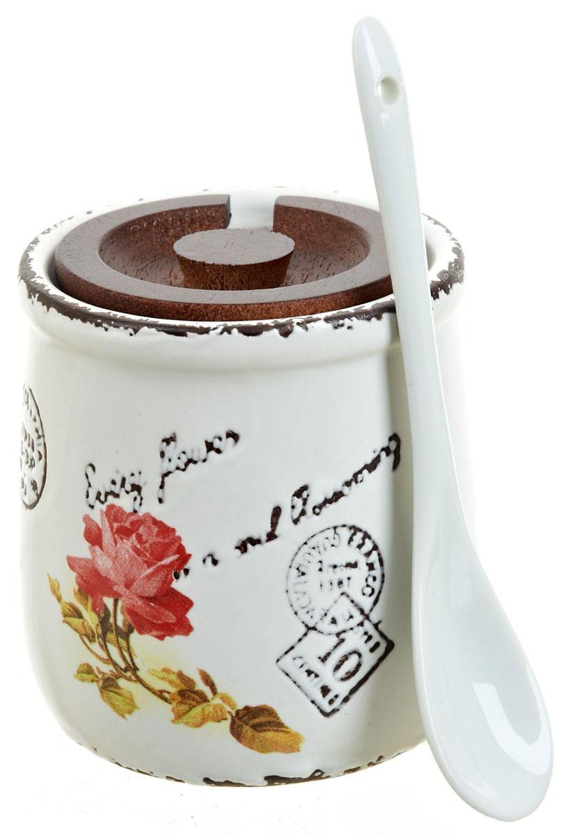 Банка для сыпучих продуктов ENS Group Чайная роза, с ложой, 250 мл1750041Банка для сыпучих продуктов Чайная роза изготовлена из высококачественной керамики и дополнена деревянной крышкой. Изделие оформлено красочным изображением.Банка прекрасно подойдет для хранения различных сыпучих продуктов: чая, кофе, сахара, соли. Изящная емкость не только поможет хранить разнообразные сыпучие продукты, но и стильно дополнит интерьер кухни.В комплект входит керамическая ложка.