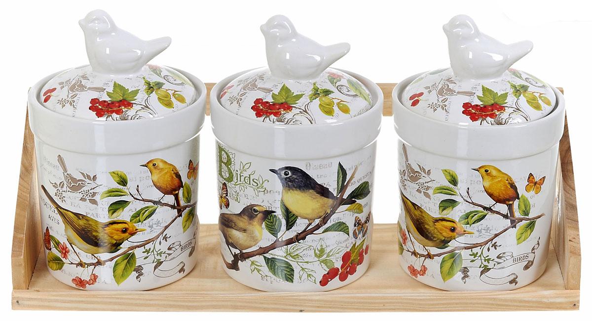 Набор банок для сыпучих продуктов Polystar Birds, 4 предметаL2430756Набор Polystar Birds состоит из трех банок для сыпучих продуктов и деревянной подставки. Изделия выполнены из прочной доломитовой керамики высокого качества. Гладкая и ровная глазурованная поверхность обеспечивает легкую очистку. Изделия декорированы красочным рисунком. Такие банки прекрасно подойдут для хранения различных сыпучих продуктов: специй, чая, кофе, сахара, круп и многого другого. Крышка плотно прилегает к стенкам емкости.Можно использовать в микроволновой печи, в холодильнике и посудомоечной машине.Диаметр банки: 10 см.Высота банки: 15,5 см.Объем банки: 500 мл.