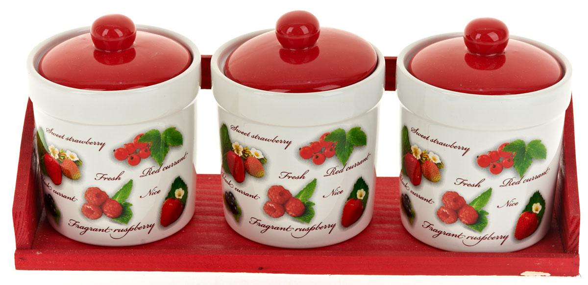 Набор банок для сыпучих продуктов Polystar Садовая ягода, 4 предмета. L2520279L2520279Набор состоит из трех банок для сыпучих продуктов и деревянной подставки. Изделия выполнены из прочной доломитовой керамики высокого качества. Гладкая и ровная глазурованная поверхность обеспечивает легкую очистку. Изделия декорированы красочным рисунком. Такие банки прекрасно подойдут для хранения различных сыпучих продуктов: специй, чая, кофе, сахара, круп и многого другого. Крышка плотно прилегает к стенкам емкости.Можно использовать в микроволновой печи, в холодильнике и посудомоечной машине.Диаметр банки: 9,5 см.Высота банки: 13 см.Объем банки: 400 мл.