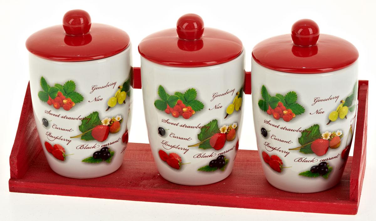 Набор банок для сыпучих продуктов Polystar Садовая ягода, 4 предмета. L2520286L2520286Набор состоит из трех банок для сыпучих продуктов и деревянной подставки.Изделия выполнены из прочной доломитовой керамики высокого качества.Гладкая и ровная глазурованная поверхность обеспечивает легкую очистку. Изделия декорированы красочным рисунком.Такие банки прекрасно подойдут для хранения различных сыпучих продуктов: специй, чая, кофе, сахара, круп и многого другого.Крышка плотно прилегает к стенкам емкости. Можно использовать в микроволновой печи, в холодильнике и посудомоечной машине.Диаметр банки: 9,5 см. Высота банки: 16 см. Объем банки: 600 мл.