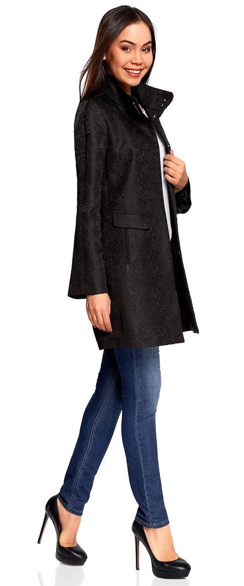 Пальто женское oodji Ultra, цвет: черный. 10104043/43312/2900N. Размер 36 (42-170)10104043/43312/2900NСтильное легкое пальто прямого силуэта oodji Ultra отлично подойдет на теплую весну и прохладное лето.Изделиевыполнено из фактурной ткани и застегивается на скрытые кнопки. Модель с высоким воротником-стойкойи длинными рукавами дополнена двумя карманамии оформлена стильным цветочным узором.