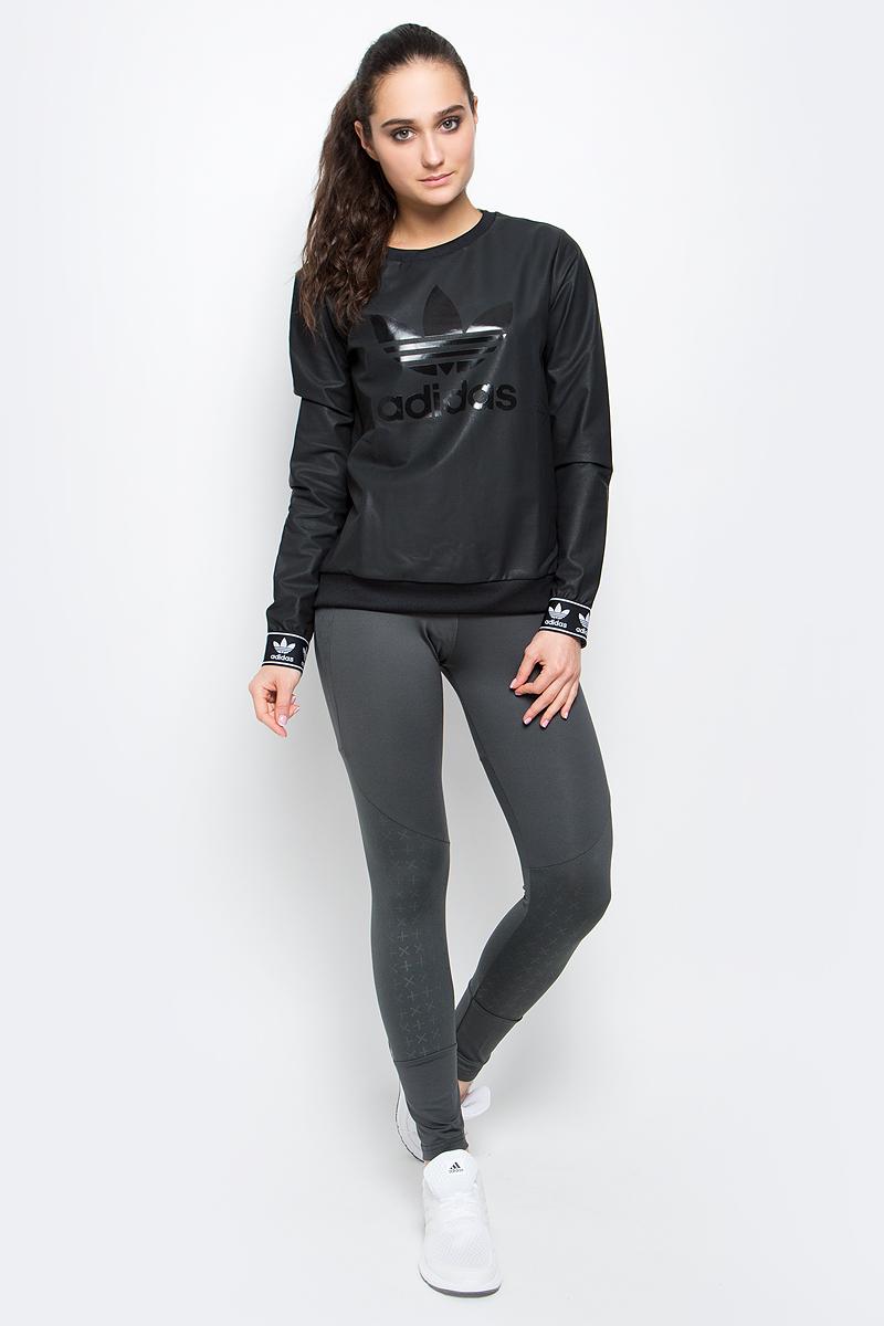 Свитшот женский adidas Crew Sweater, цвет: черный. BJ8291. Размер 34 (42)BJ8291Женский свитшот adidas Crew Sweater с длинными рукавами и круглым вырезом горловины имеет свободный крой. Свитшот изготовлен из полиэстера с добавлением хлопка и имеет покрытие из полиуретана. Низ и рукава изделия дополнены эластичными манжетами. Спереди свитшот украшен крупным блестящим принтом с логотипом бренда.