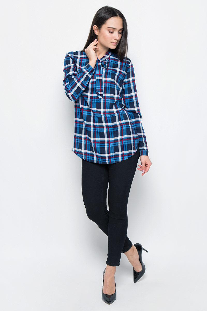 Блузка женская Finn Flare, цвет: темно-синий, красный, белый. B17-32056. Размер L (48)B17-32056Стильная блузка Finn Flare выполнена из вискозы. Модель оформлена воротником-стойкой на завязках, манжеты рукавов застегиваются на пуговицы. Блузка декорирована маленьким металлическим элементом с названием бренда. Блузка свободного кроя с закругленным низом и разрезами по бокам.