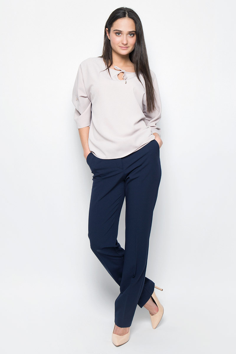 Блузка женская Finn Flare, цвет: светло-бежевый. B17-12065. Размер L (48)B17-12065Стильная блузка Finn Flare, выполнена из полиэстера. Модель с круглым вырезом горловины дополнена небольшим вырезом и завязками. Цельнокроеные рукава длиной до локтя декорированы маленькими пуговицами. Блузка свободного кроя, спинка длиннее передней части.
