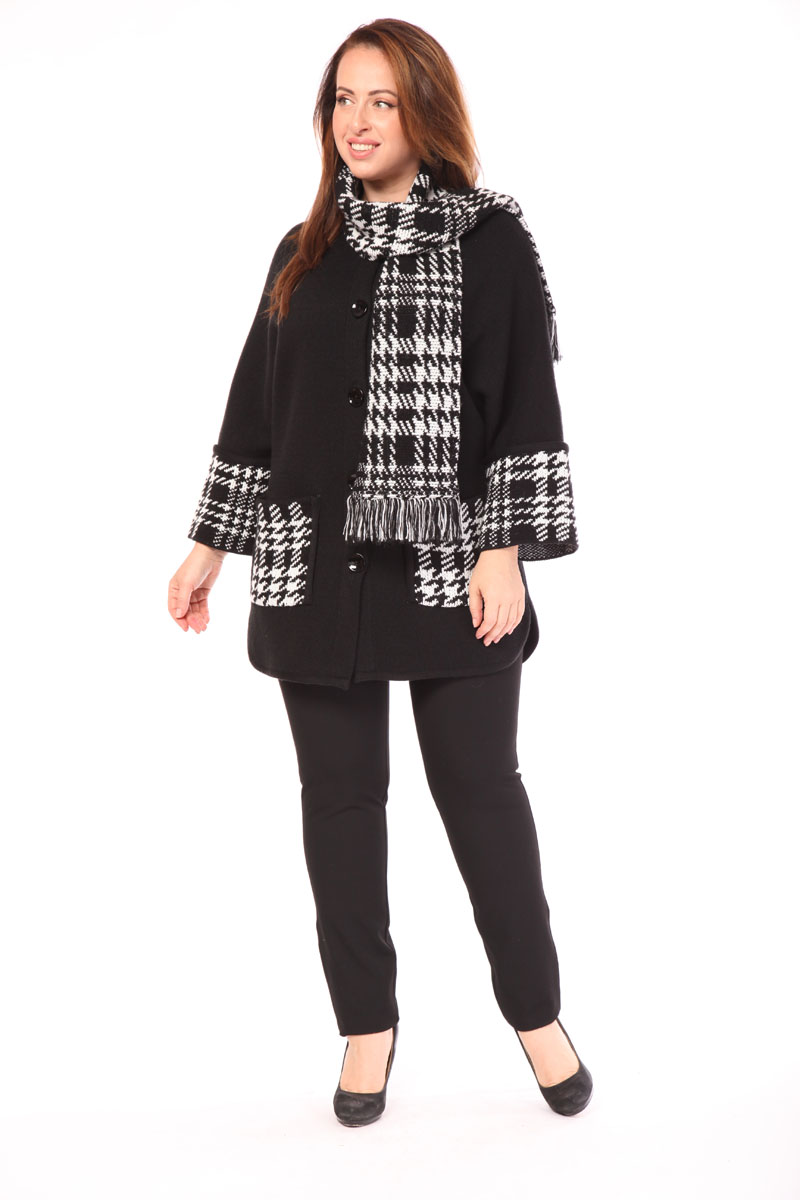 Пальто женское Milana Style, цвет: черный, белый. 1082. Размер XXXL (54)1082Вязаное пальто Milana Style выполнено из ПАН-волокна с добавлением шерсти. Пальто дополнено несъемным шарфом. На рукавах предусмотрены широкие манжеты. Модель застегивается на пуговицы, по бокам имеет два полукруглых разреза. Спереди расположены два накладных кармана. Изделие оформлено актуальным узором – клетка с элементами гусиной лапки.