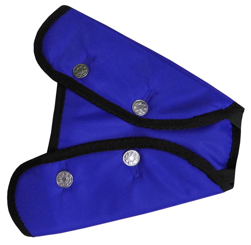 Адаптер ремня безопасности Rexxon, цвет: синий. 3-4-2-2-23-4-2-2-2Детский адаптер ремня безопасности Rexxon, изготовленный из плотного тектиля с полиуретановым покрытием и полиэстера, удерживает ремень безопасности в положении, удобном для вашего ребенка. Удерживающее устройство можно установить на любой трёхточечный ремень безопасности. Подходит для ремней безопасности как слева, так и справа. Адаптер можно использовать на переднем и заднем пассажирском сидении только совместно с бустером и автокреслом. Адаптер прост в установке, легко фиксируется при помощи металлических пуговиц. Изделие уменьшает давление ремней на тело ребёнка, удаляет ремень от лица ребенка, обеспечивая ему комфорт во время поездок.
