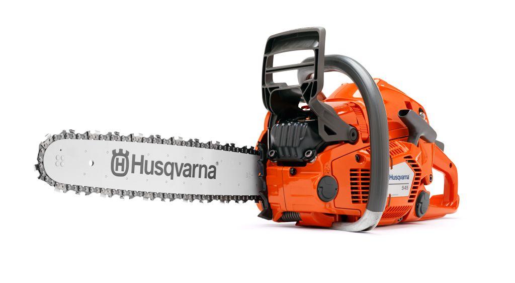 Бензопила Husqvarna 5459666485-15Бензопила Husqvarna 545 разработана для нужд профессионалов и требовательных частных пользователей. Пила цепная Husqvarna 545 имеет долговечную конструкцию и высокие эксплуатационные и мощностные характеристики. Благодаря инновационному двигателю с технологией X-Torq уменьшены потребление топлива и содержание вредных веществ в выхлопе, а также увеличен крутящий момент в широком диапазоне частот (по сравнению с двухтактным двигателем стандартной конструкции). Система автоматической регулировки карбюратора AutoTune обеспечивает работу пилы на оптимальном режиме независимо от типа применяемого топлива, степени загрязненности воздушного фильтра, при различных температуре и влажности окружающей среды.