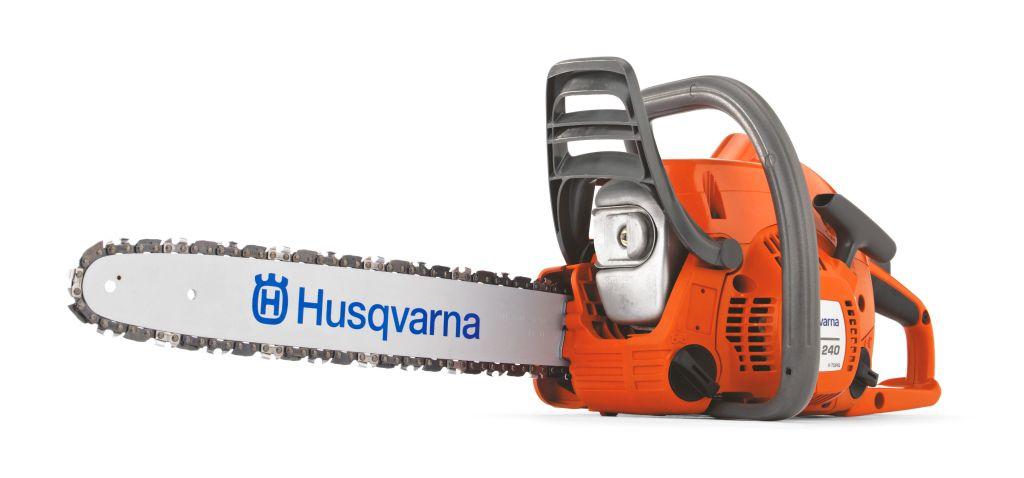 Бензопила Husqvarna 2409673260-01Бензопила Husqvarna 240 - инструмент для бытовых нужд: спиливания веток деревьев, заготовки дров, распиливания досок и прочих работ. Мощность двигателя составляет 2 лошадиные силы. Технология X-TORQ экономит топливо, сокращает количество выхлопов. Тормоз цепи обеспечивает моментальную остановку двигателя при отскоке инструмента. Антивибрационная система снижает нагрузку с кистей рук.