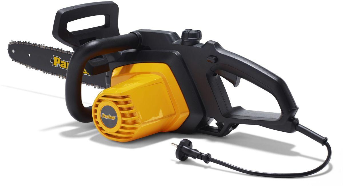 Электропила Partner. P820T9670331-02Электропила Partner - модель для бытового использования. Максимальная мощность составляет 2 кВт. Укомплектована пильной цепью толщиной 1,3 мм и 40-сантиметровой шиной. Натяжение цепи производиться легко и не требует использование инструмента. Цепной тормоз активируется силами инерции или механически и отвечает за экстренную остановку цепи. С помощью электропилы удобно избавляться от ненужных или засохших веток деревьев, расчищать территорию от небольших деревьев и кустов, а также пилить дрова. Вес инструмента с шиной и цепью составляет 4.6 кг.