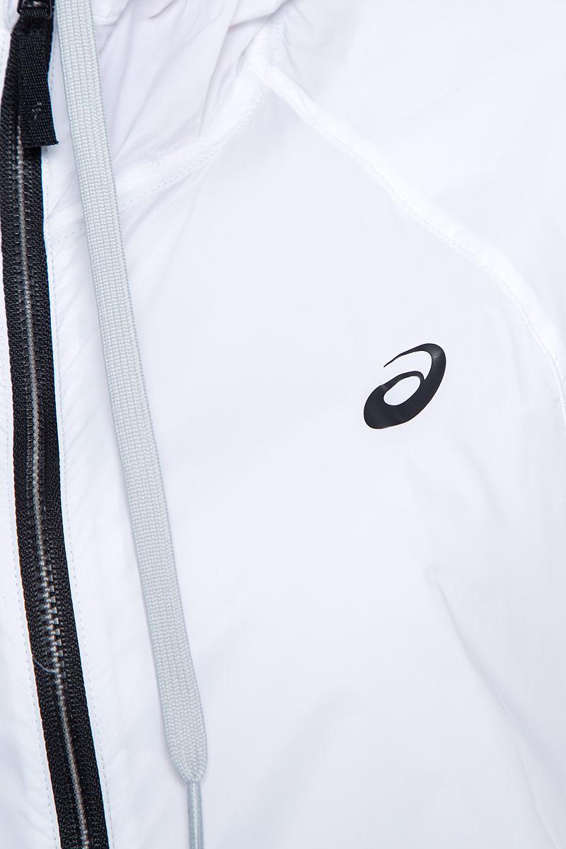 Женская ветровка для фитнеса Asics Fuzex TR LW Jacket выполнена из тонкого нейлона. Модель с несъемным капюшоном застегивается на молнию. По бокам изделие дополнено врезными карманами на застежках-молниях. Капюшон регулируется при помощи шнурка-утяжки. Манжеты рукавов и низ ветровки отделаны широкой эластичной резинкой.
