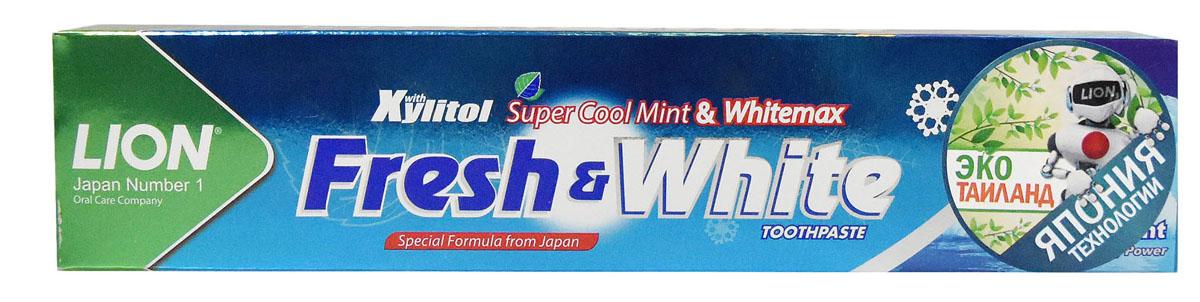 LionThailand Fresh & White Паста зубная отбеливающая супер прохладная мята, 160 гр806047Отбеливающая зубная паста Fresh & White разработана по особой японской формуле, которая обеспечивает комплексную защиту и уход за полостью рта за счет действия трех главных компонентов – фтора, карбоната кальция и витамина Е.Паста эффективно удаляет зубной налет, за короткий срок возвращая зубам естественную белизну.Кальций эффективно укрепляет зубную эмаль, витамин Е заботится о деснах. Двойной фтор активно защитит зубы от кариеса и укрепляет прикорневую зону. Зубная паста превращается в микропену, которая легко проникает между зубами, делая чистку более эффективной. Обладает насыщенным мятным вкусом и ароматом. Способ применения: для ежедневного использования 2 раза в день или после еды. Меры предосторожности: хранить в недоступном для детей месте. Рекомендуется для детей старше 6 лет.Способ хранения: хранить в прохладном сухом месте.Состав: карбонат кальция, вода, сорбитол, гидратированный диоксид кремния, пропиленгликоль, лаурилсульфат натрия, целлюлозная камедь, ароматизатор, ксилит, монофторфосфат натрия, сахарин натрия, силикат натрия, трикаприлин, метилпарабен, этилпарабен, бутилпарабен, фторид натрия <0.5, токоферол ацетат.