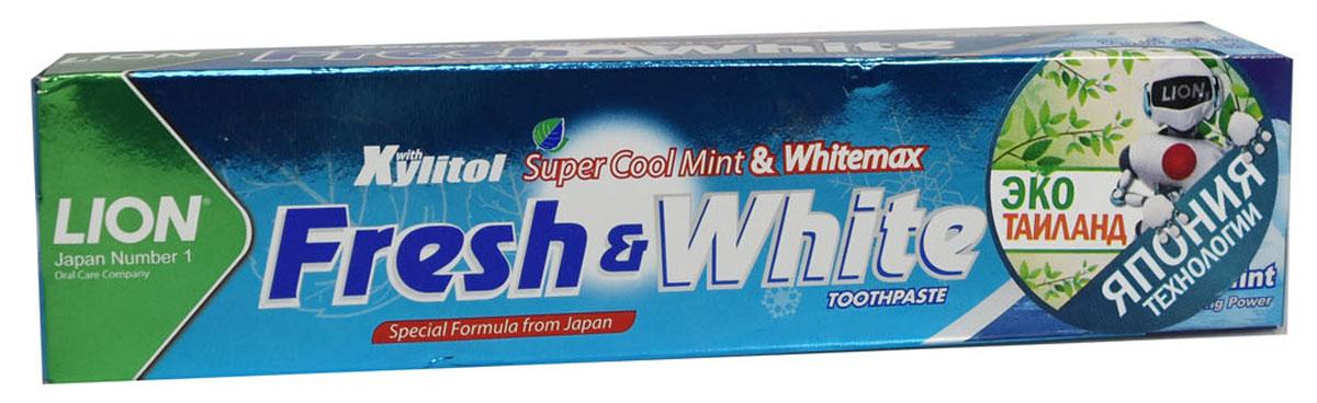 LionThailand Fresh & White Паста зубная отбеливающая супер прохладная мята, 75 гр806061Отбеливающая зубная паста Fresh & White разработана по особой японской формуле, которая обеспечивает комплексную защиту и уход за полостью рта за счет действия трех главных компонентов – фтора, карбоната кальция и витамина Е.Паста эффективно удаляет зубной налет, за короткий срок возвращая зубам естественную белизну.Кальций эффективно укрепляет зубную эмаль, витамин Е заботится о деснах. Двойной фтор активно защитит зубы от кариеса и укрепляет прикорневую зону. Зубная паста превращается в микропену, которая легко проникает между зубами, делая чистку более эффективной. Обладает насыщенным мятным вкусом и ароматом. Способ применения: для ежедневного использования 2 раза в день или после еды. Меры предосторожности: хранить в недоступном для детей месте. Рекомендуется для детей старше 6 лет.Способ хранения: хранить в прохладном сухом месте.Состав: карбонат кальция, вода, сорбитол, гидратированный диоксид кремния, пропиленгликоль, лаурилсульфат натрия, целлюлозная камедь, ароматизатор, ксилит, монофторфосфат натрия, сахарин натрия, силикат натрия, трикаприлин, метилпарабен, этилпарабен, бутилпарабен, фторид натрия <0.5, токоферол ацетат.