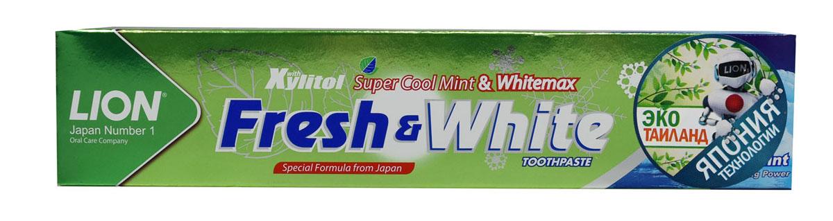 LionThailand Fresh & White Паста зубная для защиты от кариеса прохладная мята, 160 гр806085Зубная паста Fresh & White разработана по особой японской формуле, которая обеспечивает комплексный уход за полостью рта и защищает зубы от кариеса. Главные действующие компоненты – двойной фтор, карбонат кальция и витамин Е.Кальций эффективно укрепляет зубную эмаль, витамин Е заботится о деснах.Двойной фтор активно защитит зубы от кариеса и укрепляет прикорневую зону.Зубная паста превращается в микропену, которая легко проникает между зубами, делая чистку на 15% более эффективной. Прекрасно и надолго освежает дыхание.Способ применения: для ежедневного использования 2 раза в день или после еды.Меры предосторожности: хранить в недоступном для детей месте. Рекомендуется для детей старше 6 лет. Способ хранения: хранить в прохладном сухом месте. Состав: карбонат кальция, вода, сорбитол, гидратированный диоксид кремния, пропиленгликоль, лаурилсульфат натрия, целлюлозная камедь, ароматизатор, ксилит, монофторфосфат натрия, сахарин натрия, силикат натрия, трикаприлин, метилпарабен, этилпарабен, бутилпарабен, фторид натрия <0.5, токоферол ацетат.