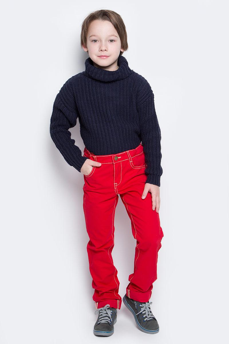 Брюки для мальчика PlayToday, цвет: красный. 361013. Размер 104361013Яркие брюки для мальчика выполнены из твила и оформлены контрастной строчкой. Брюки прямого кроя и стандартной посадки на талии застегиваются на пуговицу и имеют ширинку на застежке-молнии. Модель представляет собой классическую пятикарманку: два втачных и один маленький накладной кармашек спереди и два накладных кармана сзади. На поясе имеются шлевки для ремня. Яркий цвет модели позволяет создавать стильные образы.