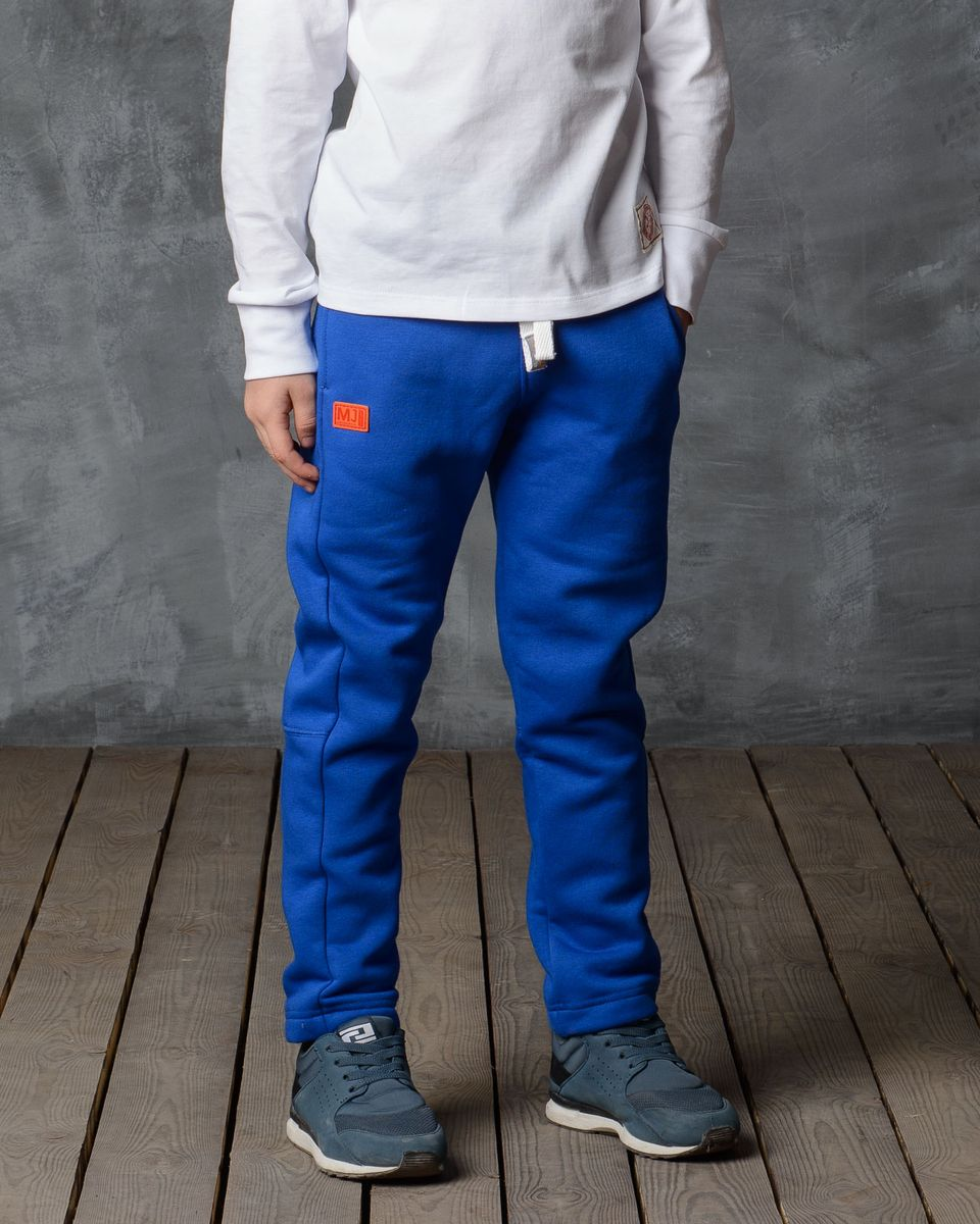 Брюки спортивные для мальчика Modniy Juk, цвет: василек. 15В00070502. Размер 32 (116)15В00070502/MJ_AUTHENTIC/Спортивные брюки Modniy Juk изготовлены из высококачественной мягкой ткани. Модель полуприлегающего силуэта с комфортным мягким поясом. Яркая нашивка в стиле Modniy Juk.