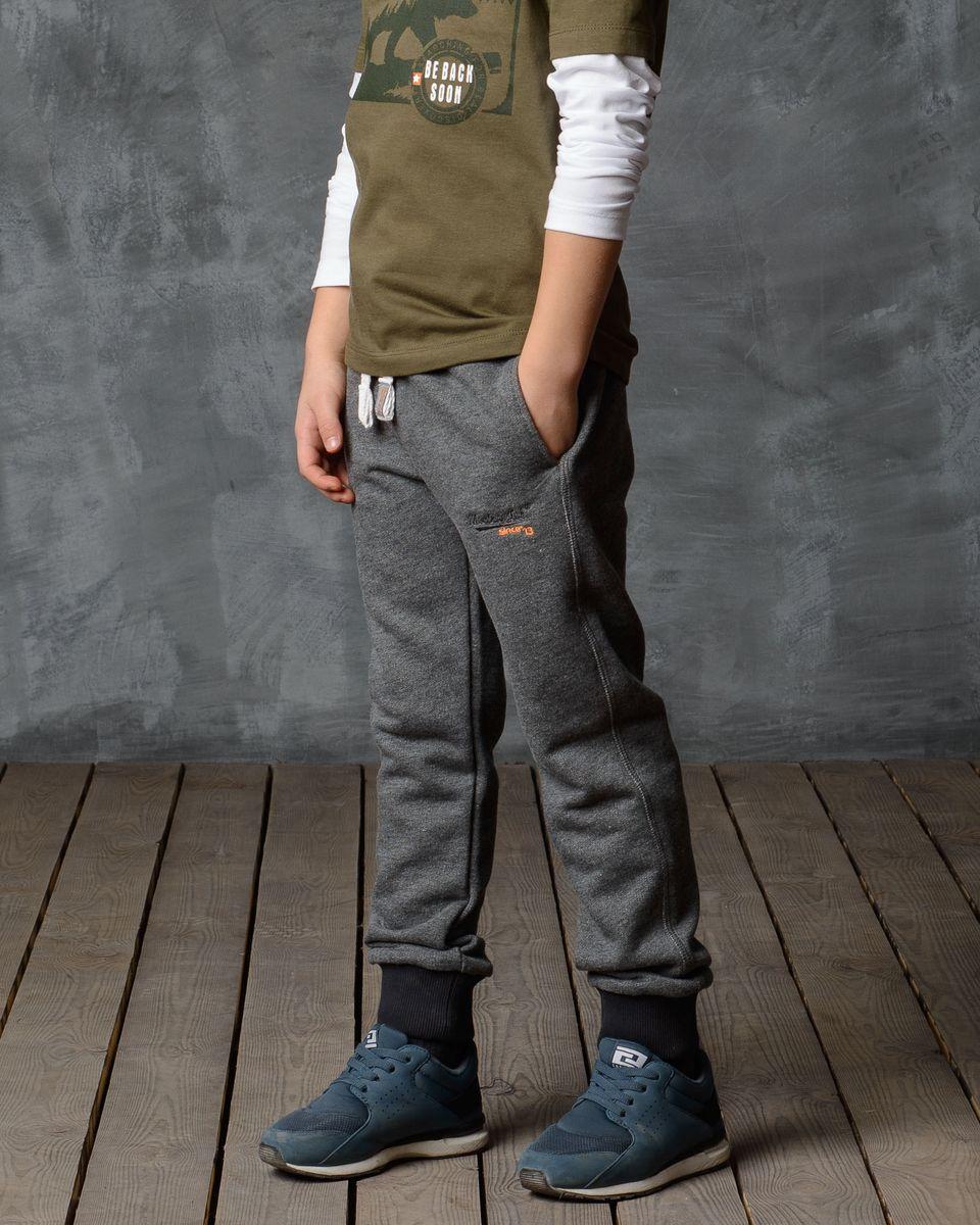 Брюки спортивные для мальчика Modniy Juk, цвет: серый. 15В00030701. Размер 32 (116)15В00030701/M_J_SINCE_13/Спортивные брюки Modniy Juk изготовлены из высококачественной мягкой ткани. Модель полуприлегающего силуэта. Комфортный мягкий пояс и манжеты из трикотажной резинки. Брюки дополнены боковыми карманами.
