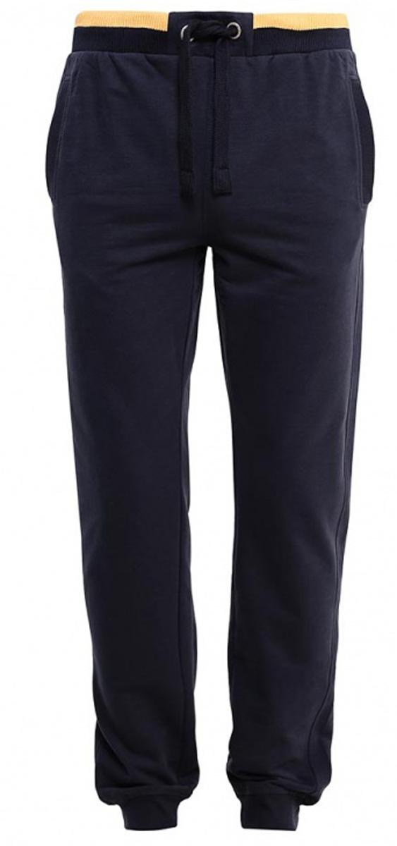 Брюки спортивные мужские Sela, цвет: черно-синий. Pk-2415/002-7111. Размер XXS (42)Pk-2415/002-7111Стильные мужские брюки-джоггеры Sela выполнены из качественного хлопкового материала. Брюки полуприлегающего кроя и стандартной посадки на талии имеют широкий пояс на мягкой резинке с контрастной полосой, дополнительно регулируемый шнурком. Низ брючин дополнен мягкими трикотажными манжетами. Модель дополнена двумя прорезными карманами спереди и накладным карманом сзади.