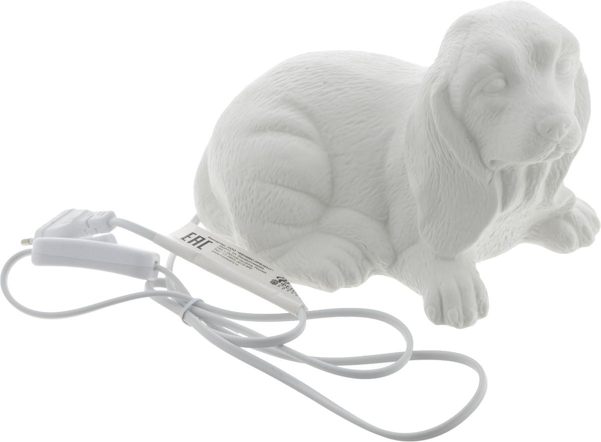 """Оригинальная настольная лампа Феникс-Презент """"Собака"""" изготовлена из фарфора. Включение производится механически с помощью кнопки. Лампочка легко меняется. Длина провода: 145 см. Питание: от розетки. Напряжение: 220 В. Частота: 50 Гц. Размер лампы: 21 х 12,5 х 15 см."""