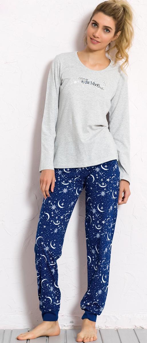 Костюм домашний женский Vienettas Secret Луна: лонгслив, брюки, цвет: светло-серый, синий. 604070 1037. Размер L (48)604070 1037Домашний женский костюм Vienettas Secret, состоящий из лонгслива и брюк, изготовлен из натурального хлопка с добавлением полиэстера. Лонгслив с круглым вырезом горловины и длиными рукавами оформлен принтом с надписью. Брюки с эластичным поясом имеют утягивающий шнурок, который улучшает посадку на талии. По низу штанин имеются эластичные широкие манжеты. Выполнено изделие небесным принтом с изображениемзвезд и луны.