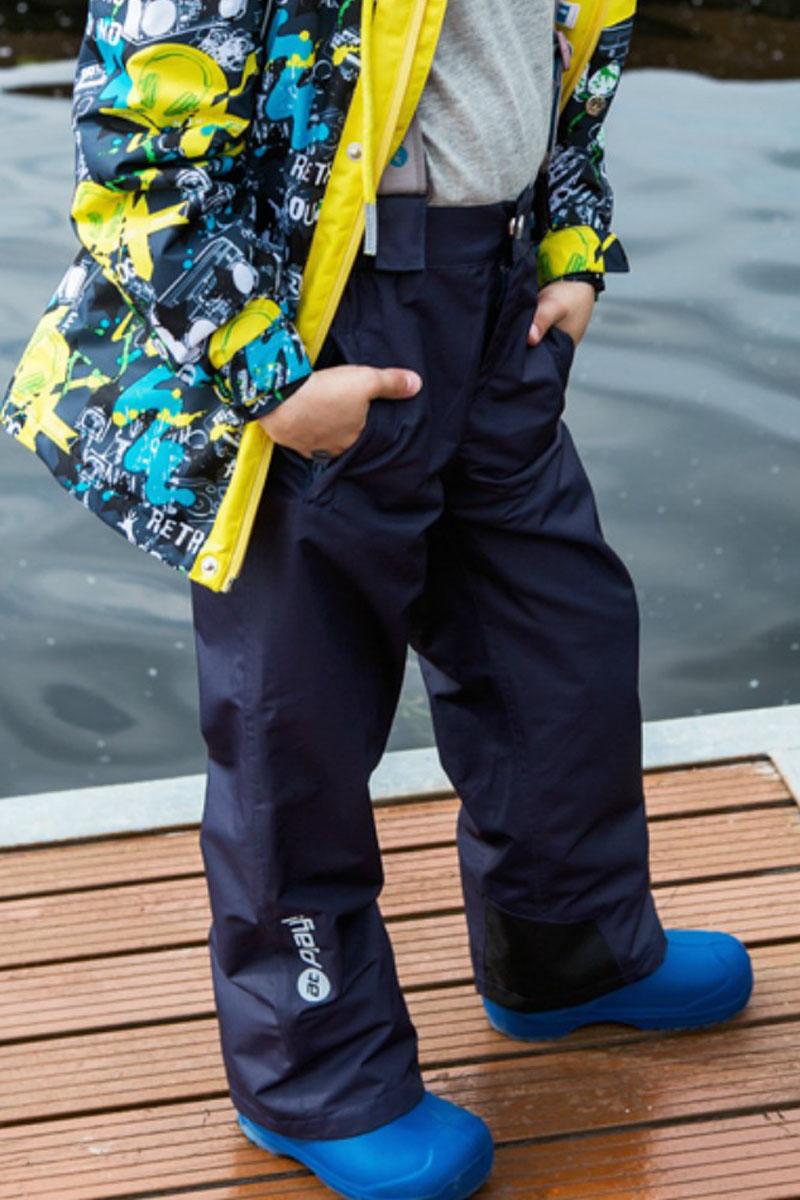 Брюки детские atPlay!, цвет: темно-синий. 3pt718. Размер 122, 7-8 лет3pt718Удобные и функциональные детские брюки atPlay! идеально подойдут вашему ребенку в прохладное время года.Верх изделия изготовлен из качественного полиэстера, с покрытием Teflon от DuPont, которое облегчает уход за этой одеждой. Дышащая способность: 5000г/м и водонепроницаемость брюк: 5000мм, также они имеют водо- и грязеотталкивающую пропитку. Подкладка выполнена из ворсового полотна, гладкой стороной к ноге, чтобы нога скользила в брючине.Удобные и функциональные брюки прямого покроя застегиваются на кнопку и липучку в поясе, а также имеют ширинку на застежке-молнии. Сзади на поясе предусмотрена широкая резинка и по бокам пришиты дополнительные хлястики на липучках. Съемные эластичные наплечные лямки регулируются по длине и крепятся к поясу. Спереди находятся два втачных кармашка на застежках-молниях.Низ брюк укреплен специальной вкладкой, стойкой к износу и оформлен боковыми застежками-молниями с клапанами на кнопках. Подкладка по низу брючин дополнена ветрозащитной муфтой с антискользящей резинкой.Светоотражающие элементы не оставят вашего ребенка незамеченным в темное время суток.