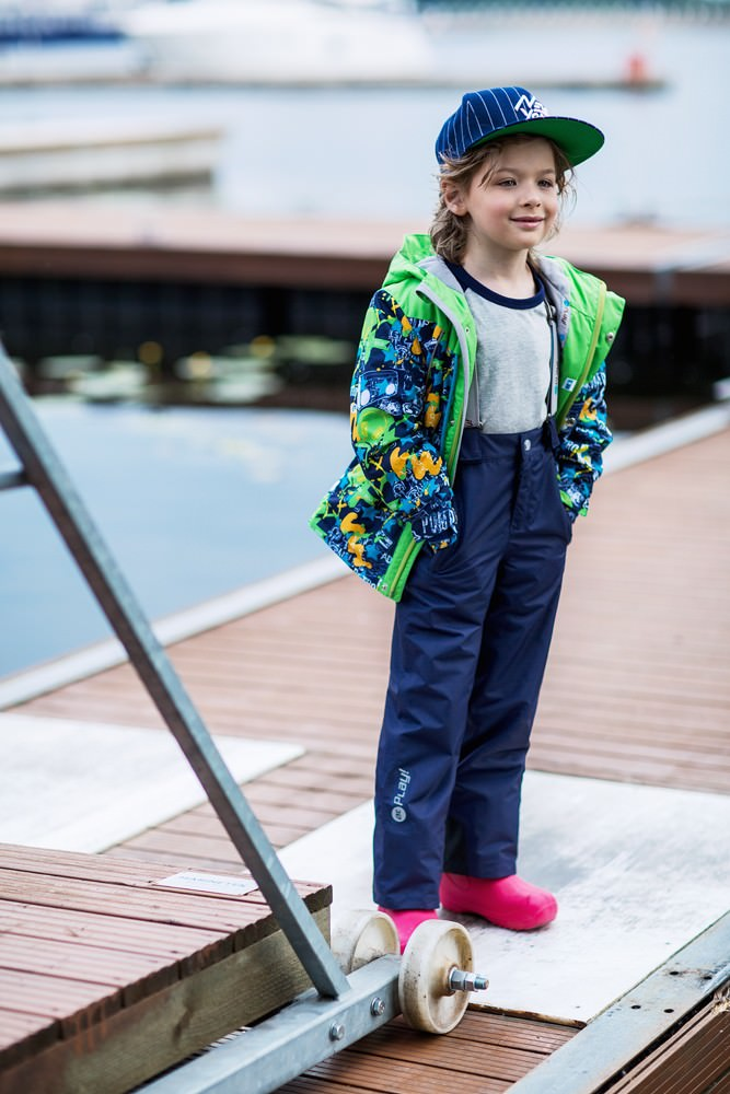 Комплект для мальчика atPlay!: куртка, брюки, цвет: синий, зеленый. 2su716. Размер 110, 5-6 лет2su716Демисезонный костюм из куртки и брюк для мальчика. Современные технологии и оригинальный дизайн. Верхняя одежда из мембраны от канадского бренда At-Play! производится по самым высоким стандартам качества. Используются только самые качественные материалы: фурнитура YKK, новейший утеплитель shelter, мембранные технологии, проклеенные швы – все на страже комфорта и тепла вашего ребенка. Грязе- и водоотталкивающее покрытие Teflon облегчает уход за этой одеждой – после прогулки достаточно протереть поверхность влажной губкой. Конструкция куртки и брюк позволяет ребенку свободно двигаться, надежно защищая при этом от ветра и влаги. Лучшее решение для прогулки весной – костюм от канадского бренда At-Play!