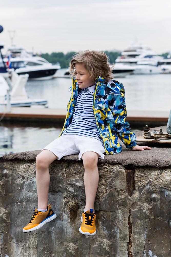 Куртка для мальчика atPlay!, цвет: серо-голубой. 2jk708. Размер 128, 8-9 лет2jk708Куртка для мальчика atPlay выполнена из качественного полиэстера. Внешний слой ткани обладает грязе- и водоотталкивающей способностью за счет покрытия Teflon. Это покрытие не позволяет воде проходить через верхний слой ткани, она скатывается в маленькие шарики и легко стряхивается с одежды, в случает загрязнения куртку достаточно протереть влажной губкой – это оптимальное решение на весну для юного исследователя. Весенний пейзаж иногда таит в себе множество испытаний, пройти которые под силу только настоящему естествоиспытателю. А экипировка, которая не подводит, только поможет ему в этом. Измерять глубину луж, запускать кораблики, спотыкаться на проталинках – мальчишки постоянно пробуют на прочность окружающий мир и себя! С весенней курткой от производителя детской верхней одежды At-Play! вы можете быть спокойны и за мир, и за куртку. А отличное настроение во время прогулки и маме, и ребенку обеспечит канадский бренд At-Play!.